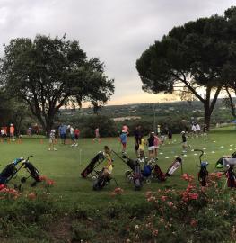 Niños jugando al golf en campamento
