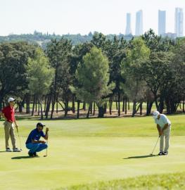 Tres jugadores en un green del Club de Campo. Foto: Miguel Ros