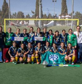 Plantilla y cuerpo técnico posan con la Copa del Reina. Foto: Miguel Ros