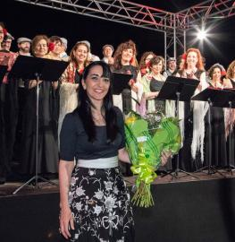 Silvia Sanz recibe un ramo de flores al concluir el concierto de zarzuela en el Club de Campo. Foto: Miguel Ros