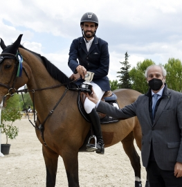 El campeón del Gran Premio, Manuel Añón, junto al gerente, Juan Carlos Vera Pró. Foto: OcioCaballo.com