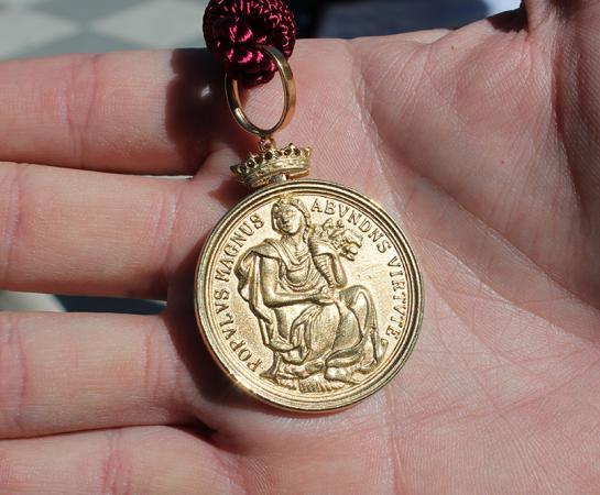 Detalle de la medalla de oro de Madrid en la mano de Edu Aguilar