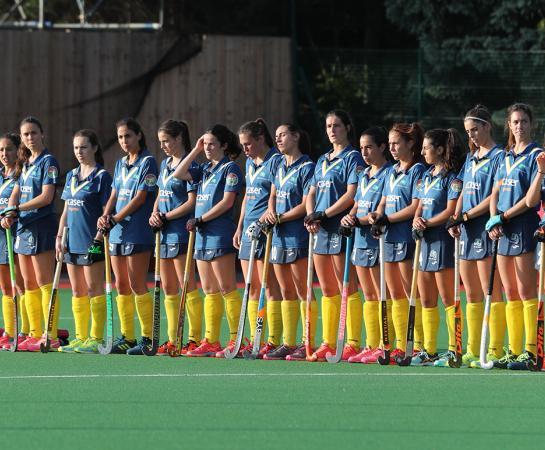 Las 18 jugadoras del Club posan antes del partido.  Foto: Stefan Deems