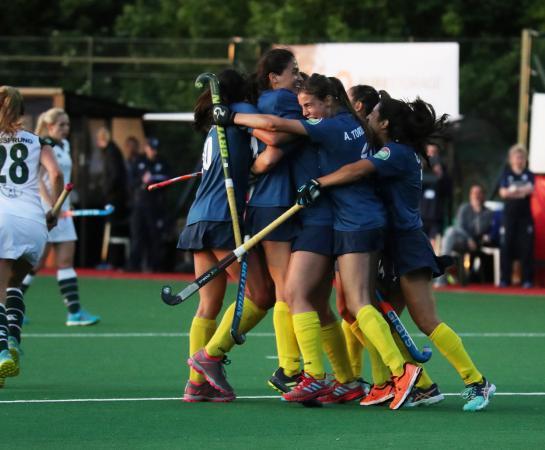 Las jugadoras abrazan a Rebecca Grote tras el segundo gol.  Foto: Stefan Deems