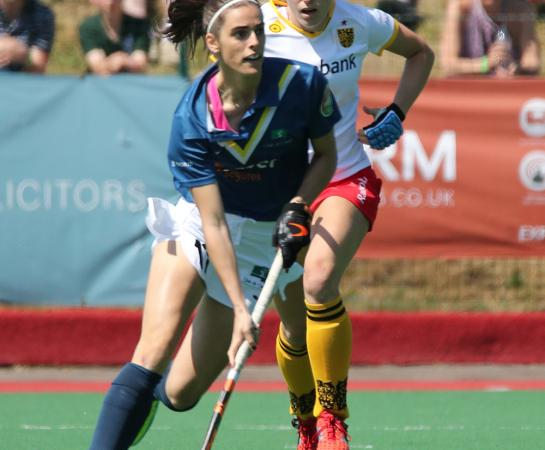 Lucía Abajo controla la bola. Foto: Stefan Deems