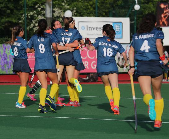 Lucía Abajo es felicitada por sus compañeras tras el primer tanto.  Foto: Stefan Deems