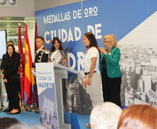 Manuela Carmena impone la medalla de oro a Rocío Gutiérrez en presencia de Rita Maestre