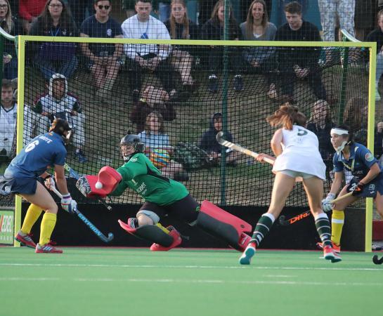 Mari Ruiz despeja un penalti córner rematado por Giselle Ansley.  Foto: Stefan Deems