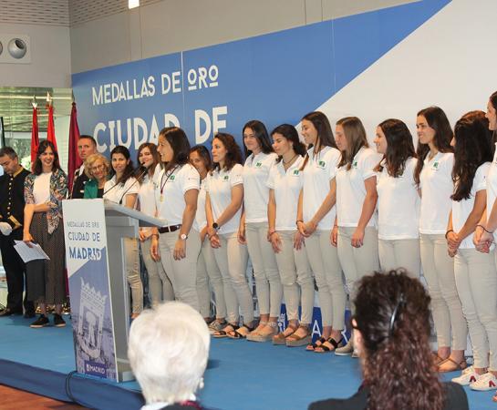 Rocío Gutiérrez pronuncia su discurso arropada por sus compañeras