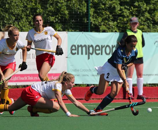 Rocío Gutiérrez supera a tres jugadoras holandesas. Foto: Stefan Deems