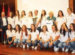 Foto de familia con las jugadoras del Club de Campo, Edu Aguilar, Joaquín Ballesteros y Manuela Carmena