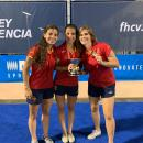 Laura Barrios, Sara Barrios y Ana Pueche (de izda. a dcha.), con sus medallas y el trofeo de campeonas de Europa sub 21.