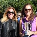 María de Orueta (dcha.) posa con la copa de Campeona de Madrid Sénior de golf. Foto: FGM