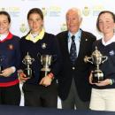 Blanca Fernández, segunda por la izquierda, con sus dos trofeos como subcampeona del Abierto de Madrid y como mejor madrileña del torneo. Foto: Federación Madrileña de Golf