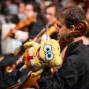 Un músico, con un muñeco de Bob Esponja en su instrumento durante el Concierto de Juguetes. Foto: Roberto Cuezva