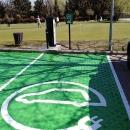 Punto de recarga eléctrica de vehículos en el campo de prácticas de golf.