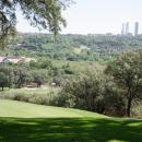 Campo de golf del Club con las torres de la Castellana al fondo