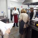 David Marcano se dirige a los participantes en el curso de cocina