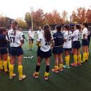 Edu Aguilar se dirige a sus jugadoras al final del último partido que jugó el Club de Campo en casa
