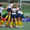 El Club de Campo de hockey femenino celebra un gol.