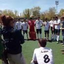 Roberto Gómez se dirige a sus jugadores al término del partido