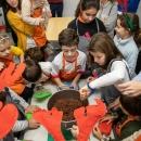 Los niños del Taller de Dulces Navideños, en plena elaboración. Foto: Miguel Ros