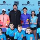 Tati Rascón y Guillermo Sánchez posan con los finalistas y los recogepelotas